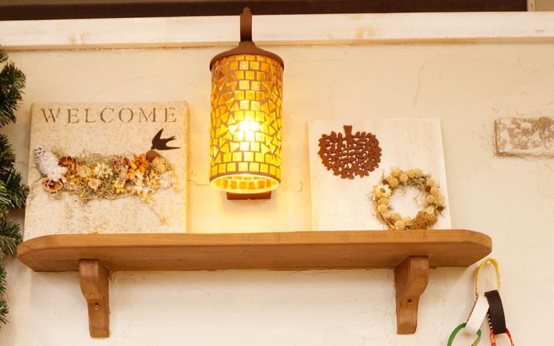 棚の上に小物と一緒に飾る花
